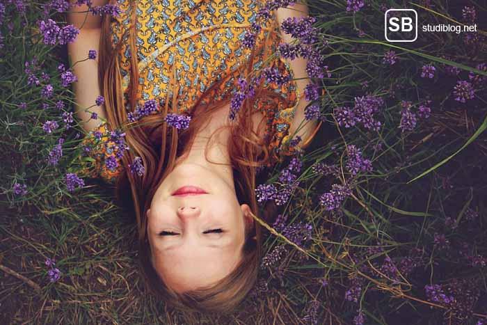 Frau liegt auf einer Lavendel-Wiese und schläft zum Thema Gut schlafen – gut studieren, gut leben!