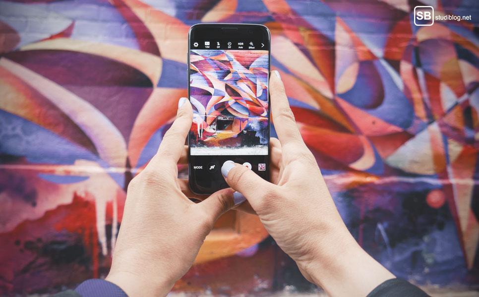 Tipps für bessere Fotos mit dem Smartphone: Frau fotografiert Graffiti
