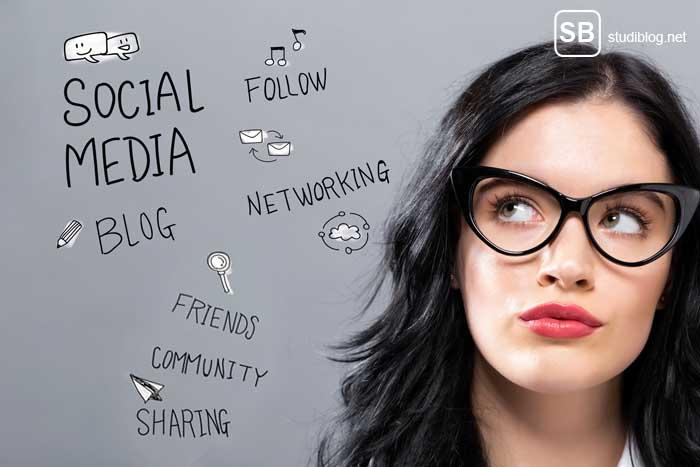 Traumjob - Frau in einer Wolke aus Social-Media Begriffen