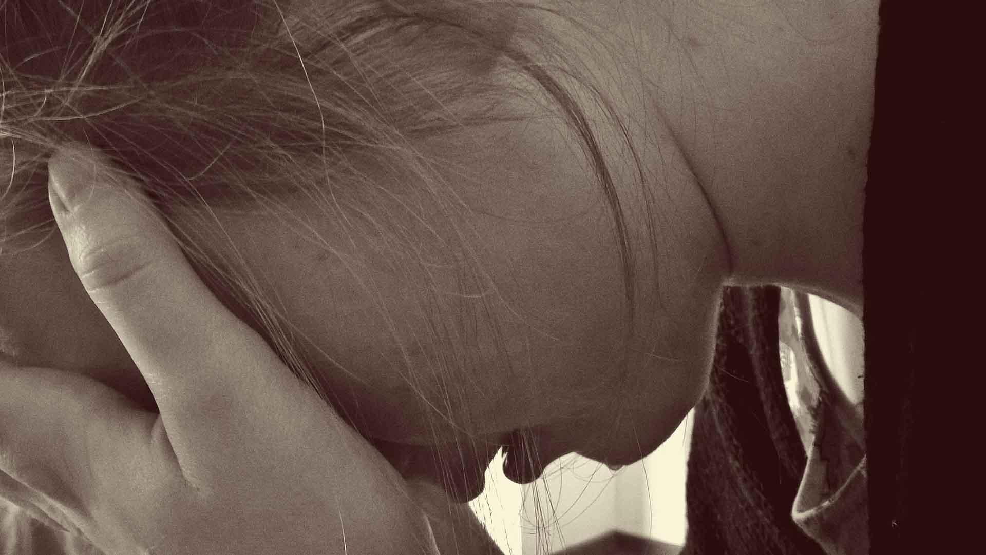 Weinende Frau zum Thema Partydrogen und Prävention