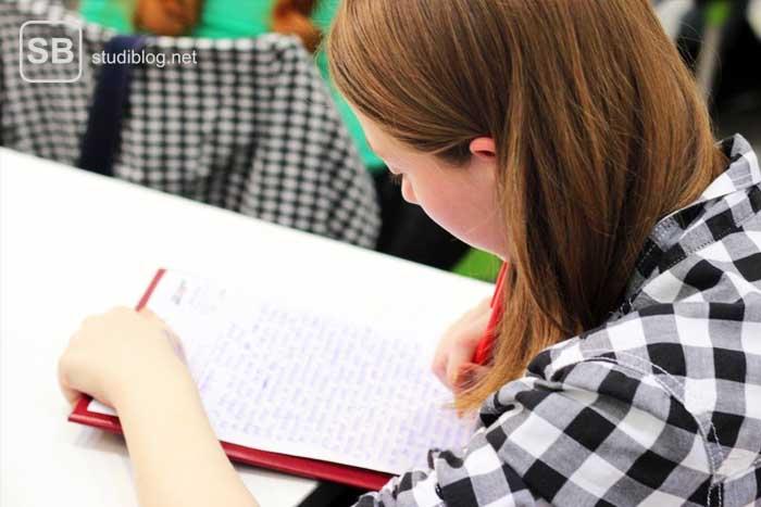 Studentin beim Aufsetzen ihres Motivationsschreiben fürs Stipendium