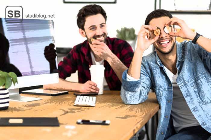Zwei Studenten, einer davon hält sich ein paar Münzen vor die Augen zum Thema welche Geldanlage für Studenten sinnvoll ist