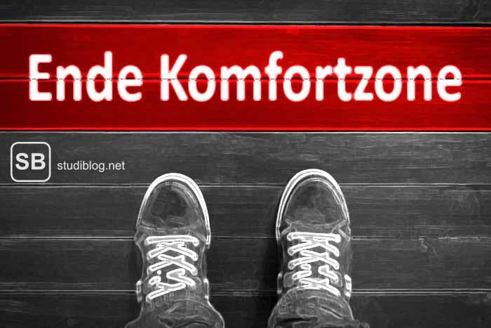 Schuhspitzen die vor einem Schriftzug auf dem Boden stehen der besagt - Ende Komfortzone - zum Thema wie man diese verlässt