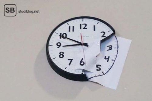 Kaputte Uhr wird mit Blättern wieder vervollständigt auf denen das Ziffernblatt weitergeführt wird - Dinge, die arme Studenten machen.