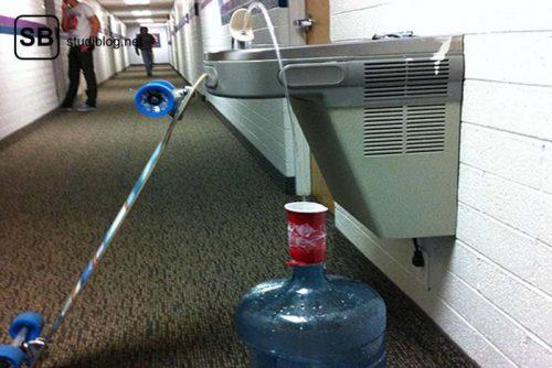 Mit Hilfe eines Wasserspenders wird ein großer Wasserbehälter aufgefüllt - Dinge, die arme Studenten machen.