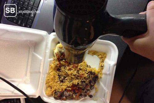 Ein Reisgericht wird mit dem Föhn erhitzt - Dinge, die arme Studenten machen.
