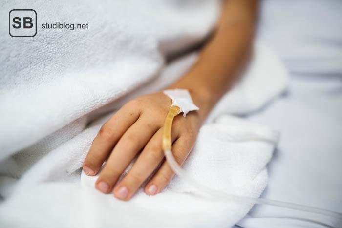 Mit Infusion versehene Hand auf einer Krankenhausliege - Epidemiologie, Querschnittsbereich Medizinstudium