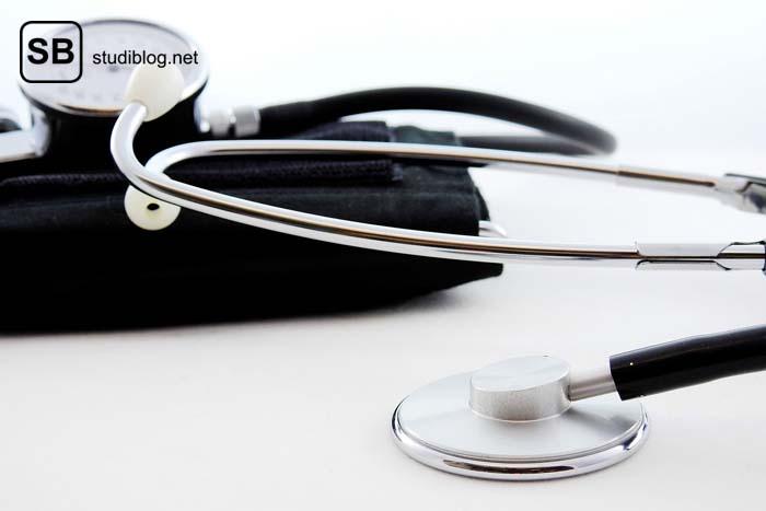 Stethoskop liegt gefaltet auf einem Tisch in Vorbereitung auf die körperliche Untersuchung.