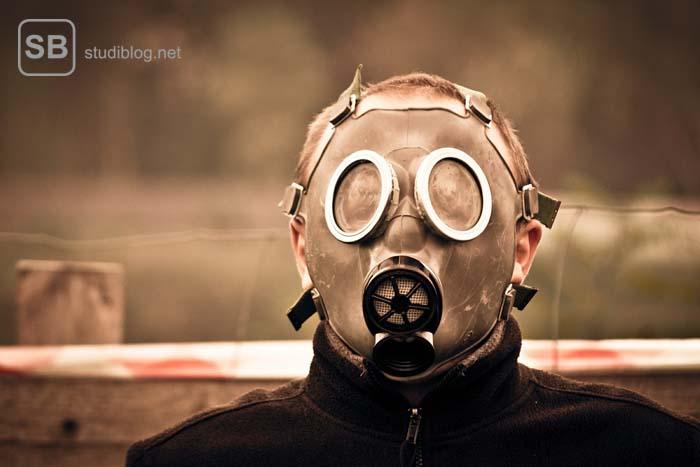 Mann, der eine Gasmaske trägt - Während der Quarantäne.