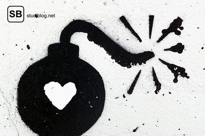 Strichzeichnung einer Bombe mit brennender Zündschnur und Herz darauf zum Thema Love Bombing der neue-alte Datingtrend