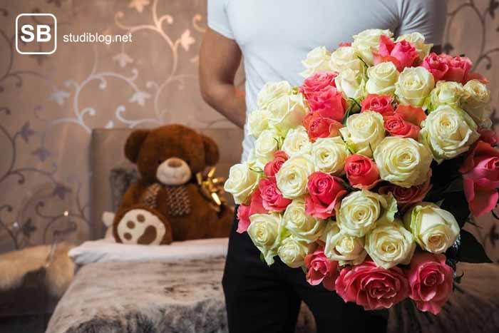 Junge, der fürs Hyping einen großen Blumenstrauß für das Mädchen hat