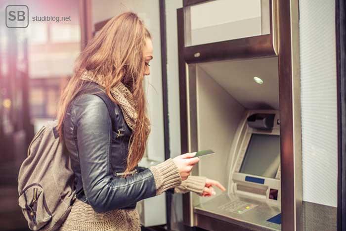 Studentin am Geldautomaten zum Thema Kosten im Studium
