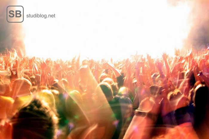 Menge an Studenten feiern vor einer Bühne - Typische Student Party / Studenten-Party.