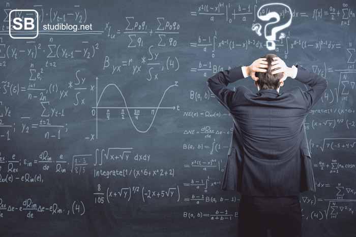 Ein Mann verzweifelt vor einer Tafel mit Matheformeln zum Thema Mathe und ihre Imageprobleme
