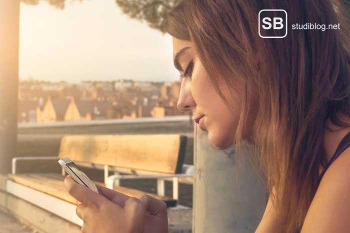 Studentin beim Online-Dating zum Thema Eisbrecher und wie man seine Kommunikation-Hemmschwellen überwindet