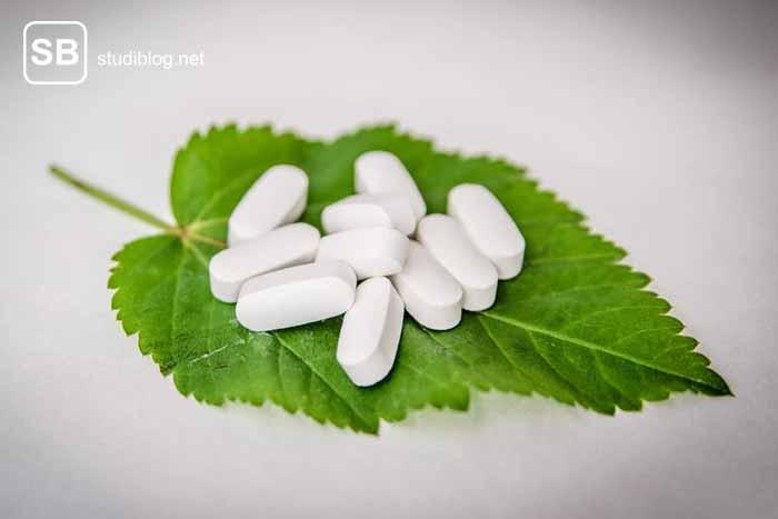Ein Blatt mit Tabletten darauf als Sinnbild für die Frage nach Bio