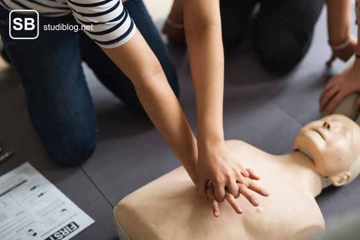 Herz-Lungen-Massage am Dummy, um gegen den Tod zu arbeiten