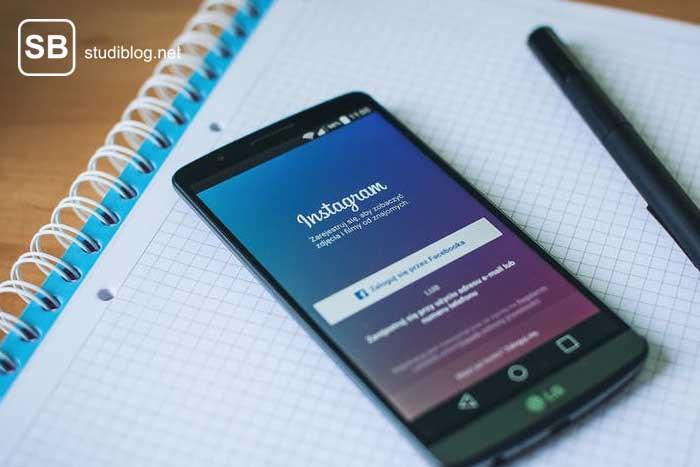 Handy, das die App Instagram anzeigt