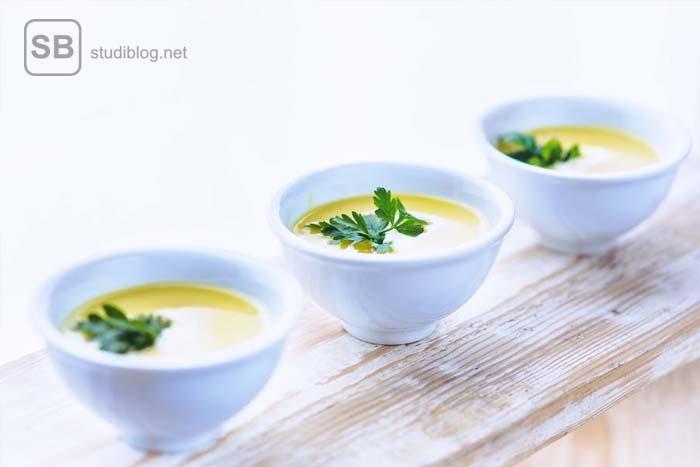 Drei Teller mit Suppe