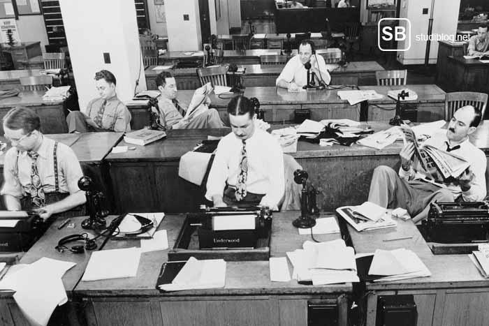 Altes Bild von Reportern mit Schreibmaschine zum Thema Ausbildung an der Journalisten-Akademie
