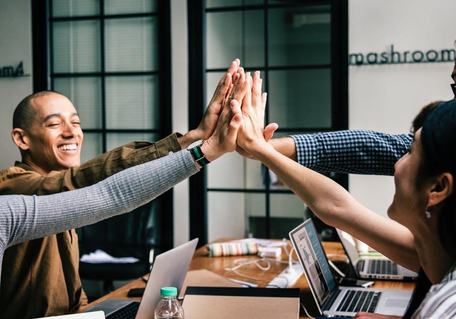 Studenten die sich ein High-five geben zum Thema Spaß im Studium