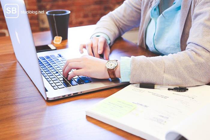 Computer-Problem - Bild mit Notebook auf einem Tisch