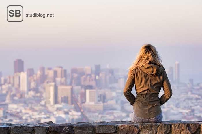 Studentin, die sich die Skyline im Ausland anschaut