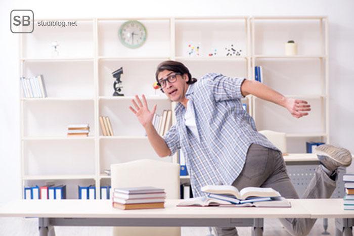 motorischer Lerntyp - Student der am Schreibtisch turnt