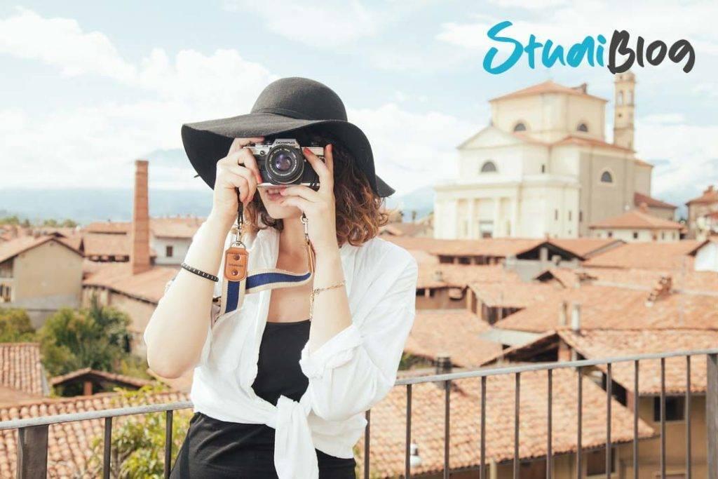 Heimweh und Fernweh: Backpackerin hält die Eindrücke ihrer Reise mit der Kamera fest.