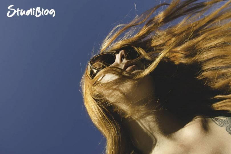 Urlaub im Kopf - Haare einer Studentin wehen im Wind