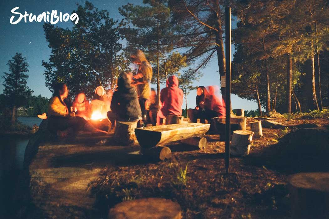 Reisen ohne Geld - Studenten auf einem Campingplatz