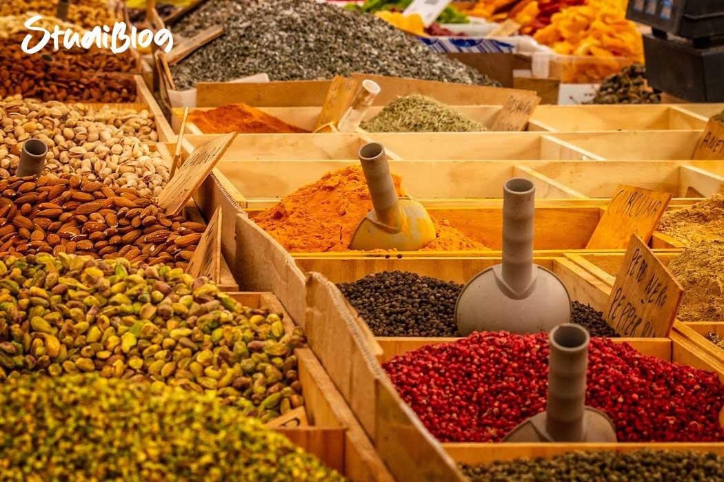Reisen ohne Geld - Essen, Nüsse, Früchte und Gewürze auf einem Markt