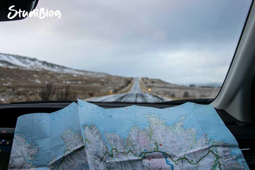 Reisen ohne Geld - Navigieren mit Landkarte in einem Bus