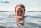 Fitness für faule Studenten - Studentin im Wasser
